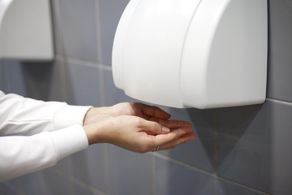 Séchoir vs papier essuie-mains. Qui gagne?